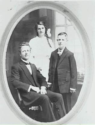 George, Mary Rueben (Rube Hargrave) and Neil Chamberlain c1917 - P04166