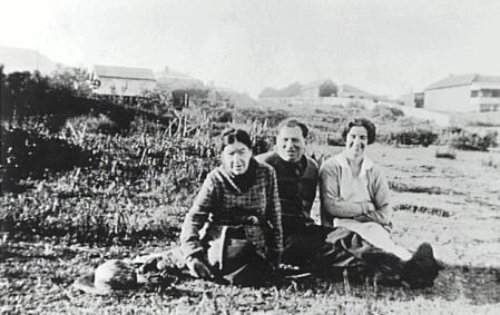 Rube Hargrave on the right. Photograph taken on McCauley's Hill, Thirroul where Hamilton Street is now located - P14529